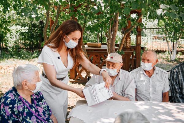 Видеоотчет — вручение готовых очков пожилым людям.